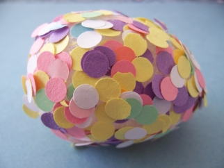ou decorat cu confetti