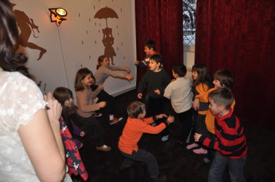 Copiii joaca teatru